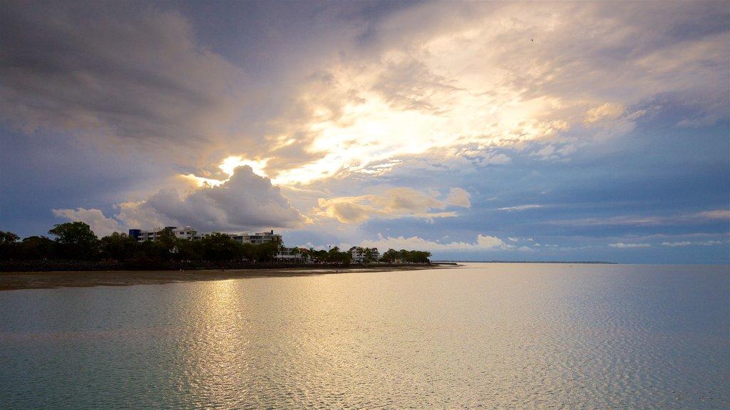 Urangan mostrando vistas generales de la costa y una puesta de sol
