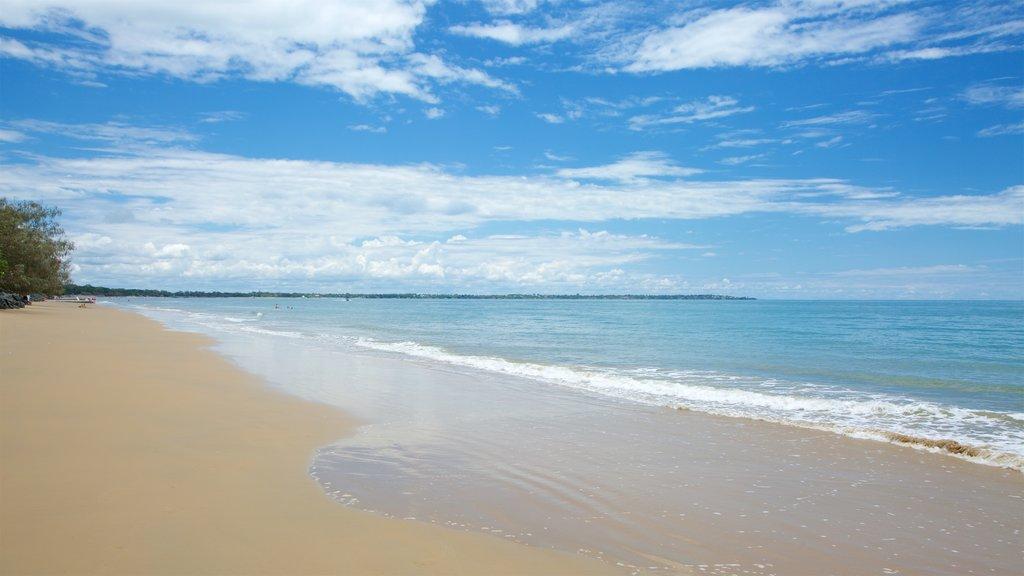 Urangan que incluye una playa de arena y vistas generales de la costa