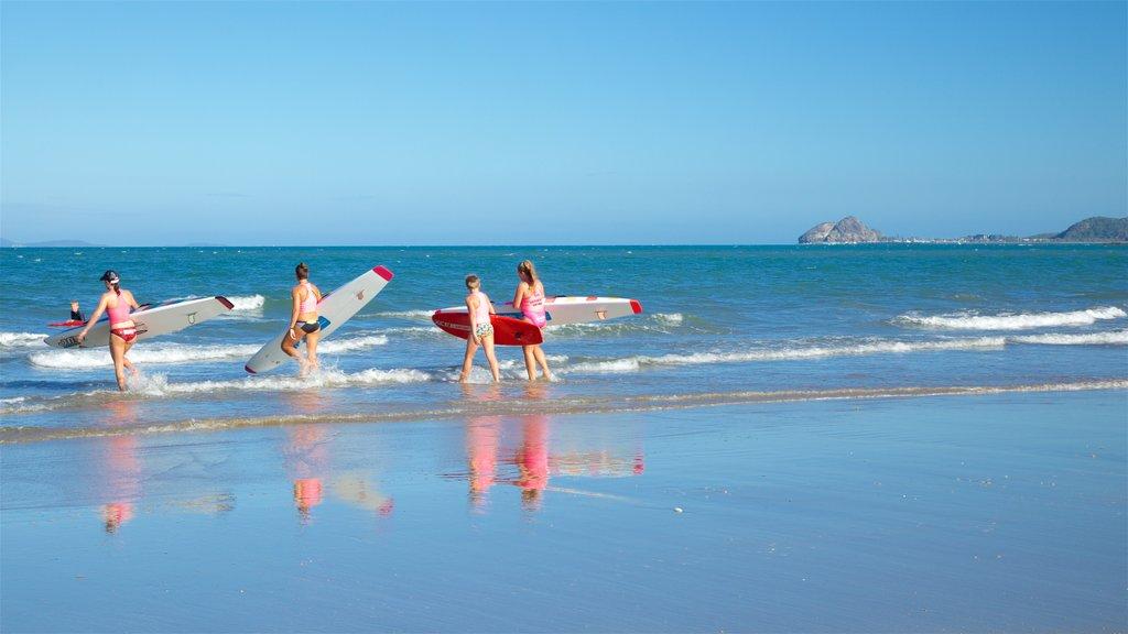 Playa Yeppoon mostrando vistas generales de la costa y surf y también un pequeño grupo de personas