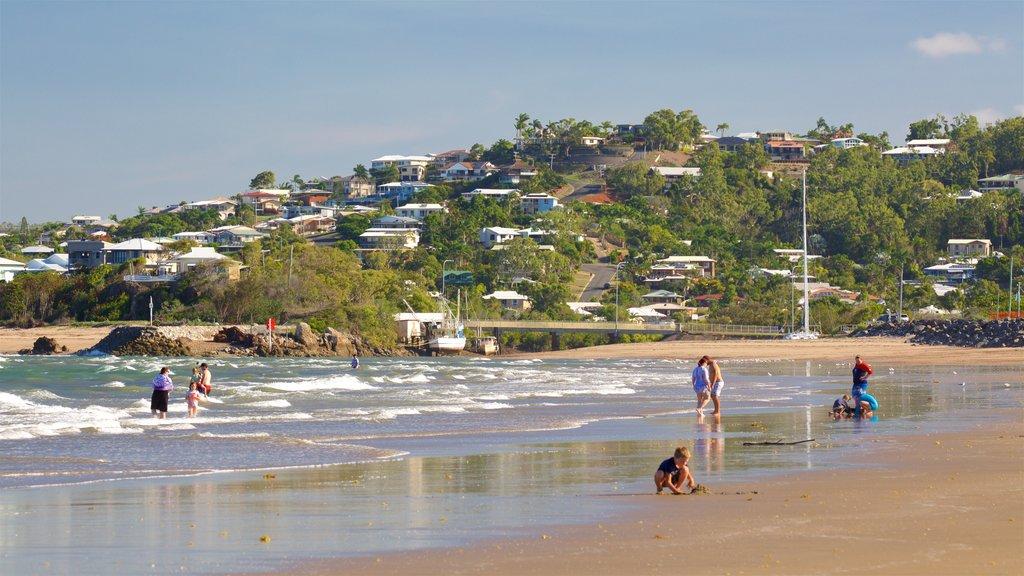 Playa Yeppoon mostrando una playa de arena, una ciudad costera y vistas generales de la costa