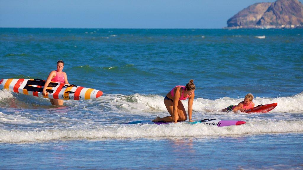 Yeppoon mostrando surf y también un pequeño grupo de personas