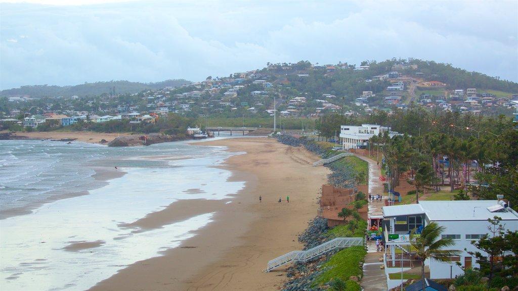 Yeppoon que incluye vistas generales de la costa y una playa de arena