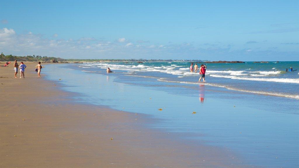 Playa Yeppoon que incluye una playa de arena y vistas generales de la costa