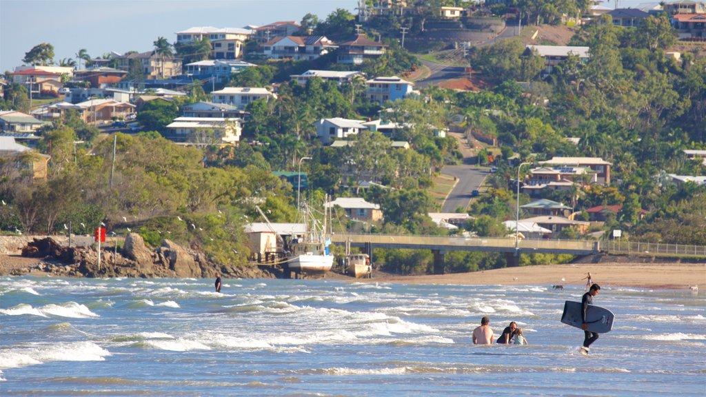 Yeppoon ofreciendo una ciudad costera, surf y natación