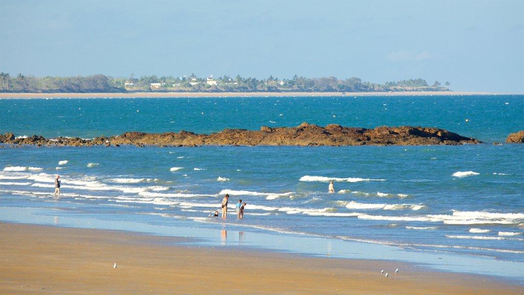 Yeppoon ofreciendo olas, una playa de arena y vistas generales de la costa