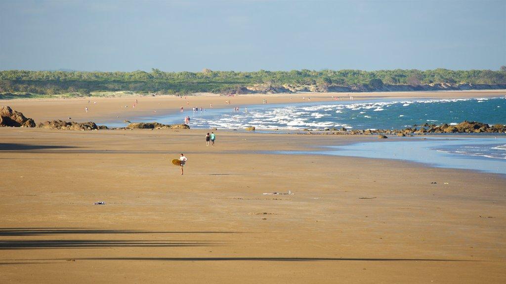 Playa Yeppoon mostrando vistas generales de la costa y una playa de arena