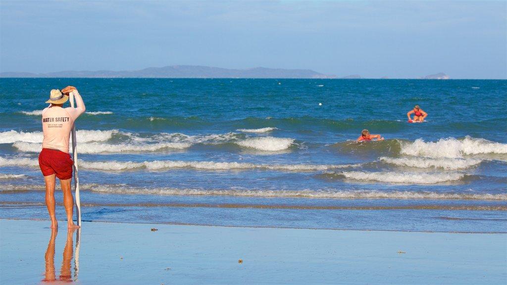 Playa Yeppoon que incluye vistas generales de la costa y también un hombre