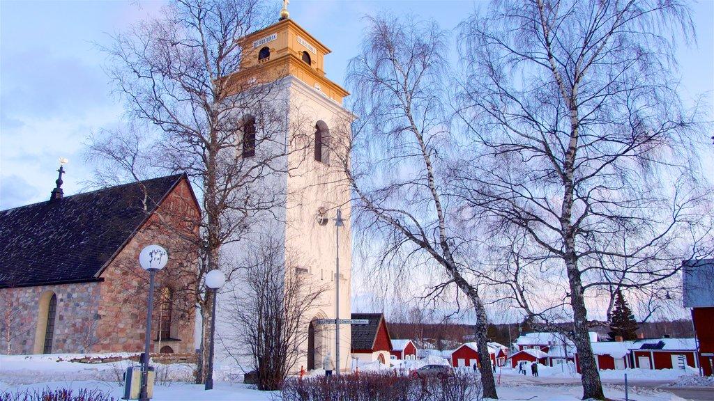 Iglesia de Gammelstad que incluye elementos del patrimonio, nieve y una puesta de sol