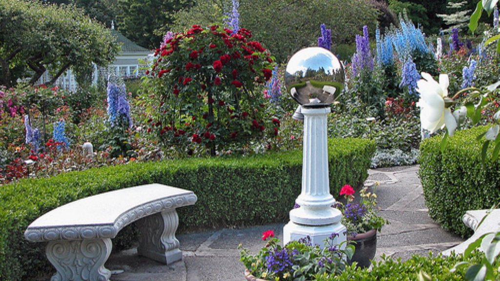 Butchart Gardens showing a park