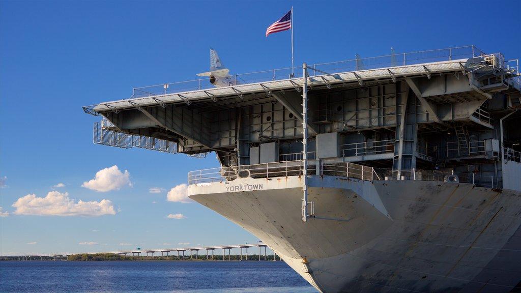 USS Yorktown que inclui itens militares e uma baía ou porto
