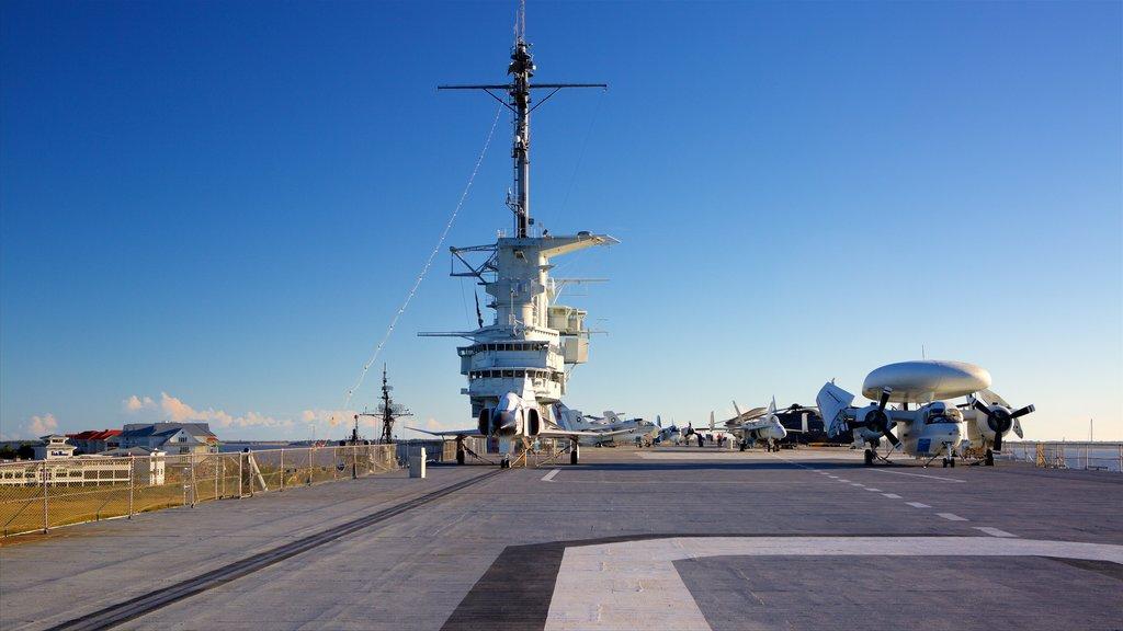 USS Yorktown caracterizando aeronave, itens militares e um pôr do sol