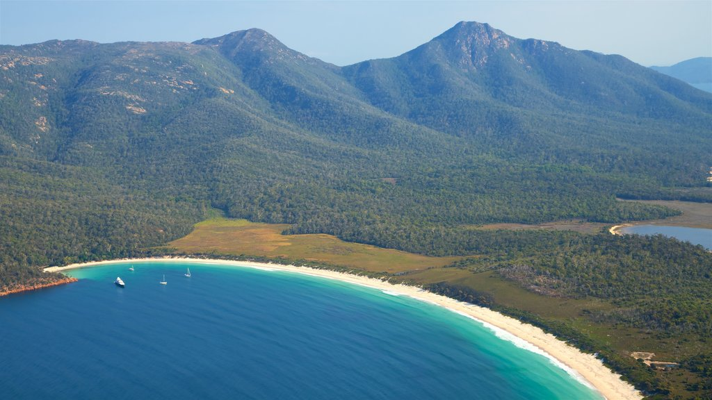 Bahía de Wineglass mostrando escenas tranquilas, vistas de paisajes y una playa