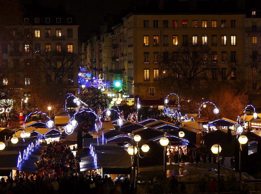 1280px-Marche%CC%81_de_Noe%CC%88l_de_Lyon_au_soir_du_8_de%CC%81cembre_2017.jpg?1570614756