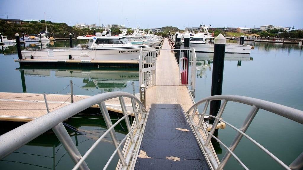 Robe que incluye una bahía o puerto