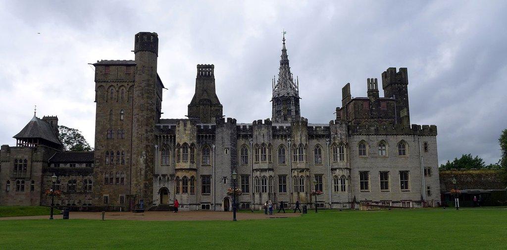 1920px-Cardiff_castle_%281%29.jpg?1571044140