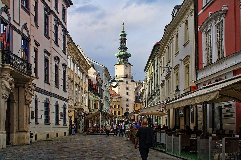 gate-bratislava-2512683_1920.jpg?1571147461
