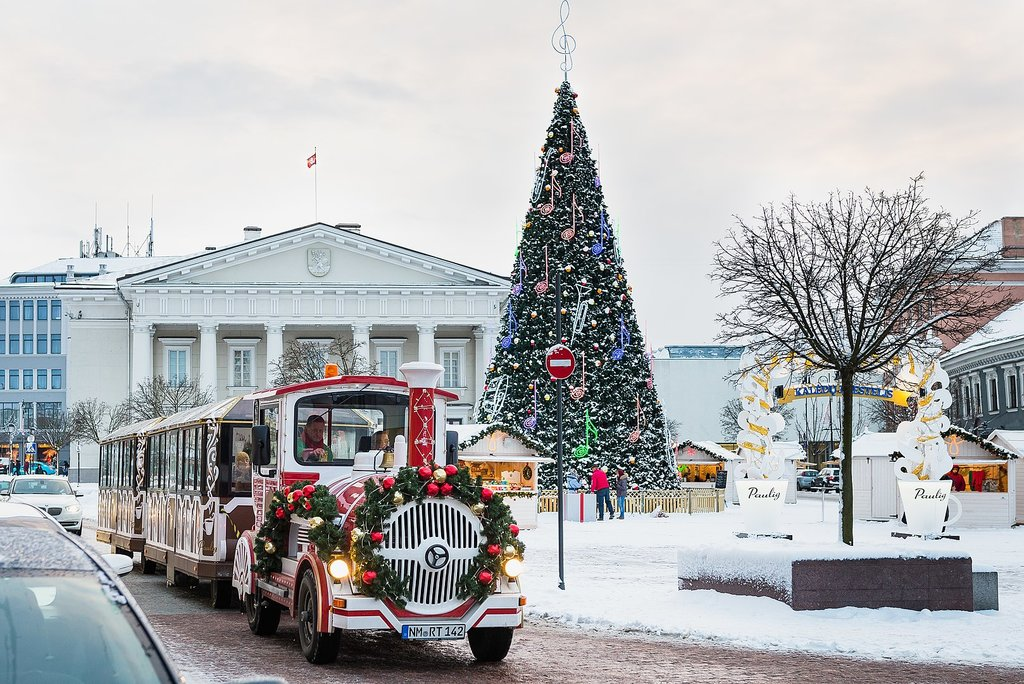 1618px-Christmas_train_in_Vilnius_%282014%29.jpg?1575385944