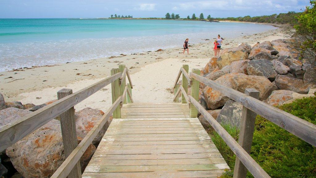 Port Fairy que incluye una playa y también una familia