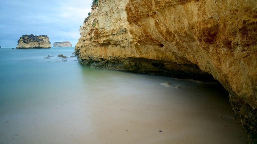 Parque costero Bay of Islands que incluye costa escarpada y una playa de arena