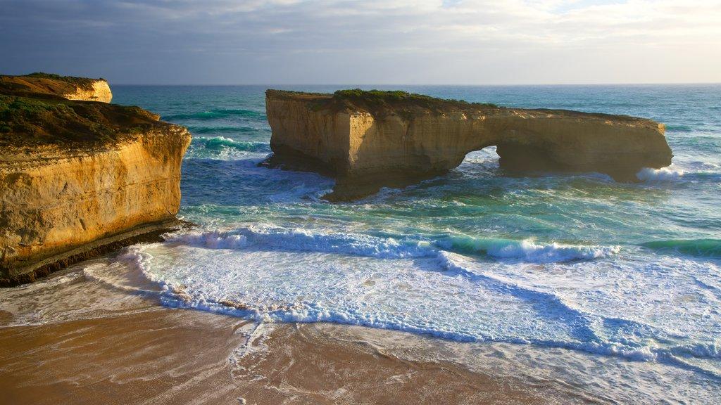 Southwest Victoria que incluye costa rocosa y una playa de arena