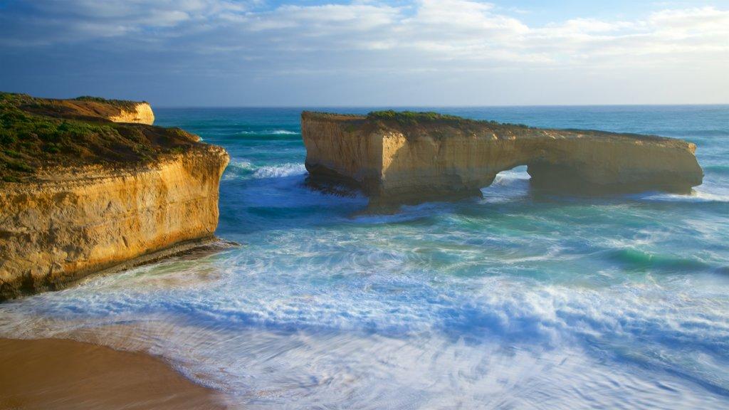 Southwest Victoria mostrando una playa de arena y costa escarpada