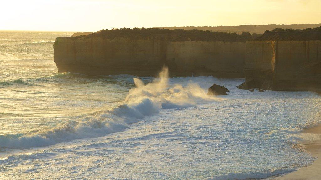 Port Campbell ofreciendo una playa de arena y surf