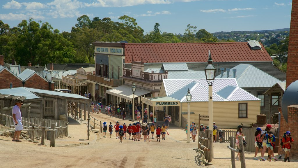 Sovereign Hill featuring heritage architecture and street scenes as well as a large group of people