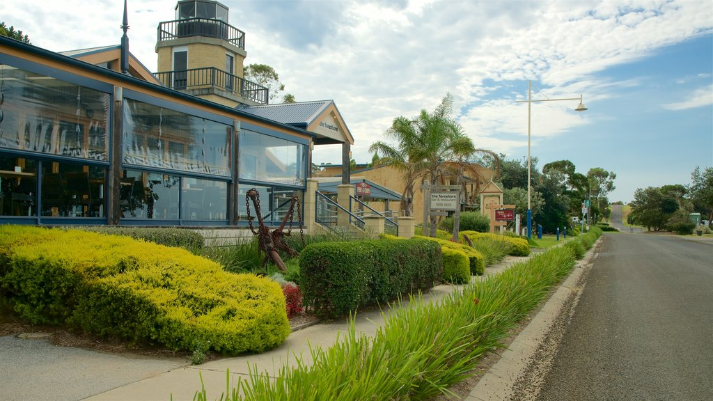 Phillip Island featuring dining out and street scenes
