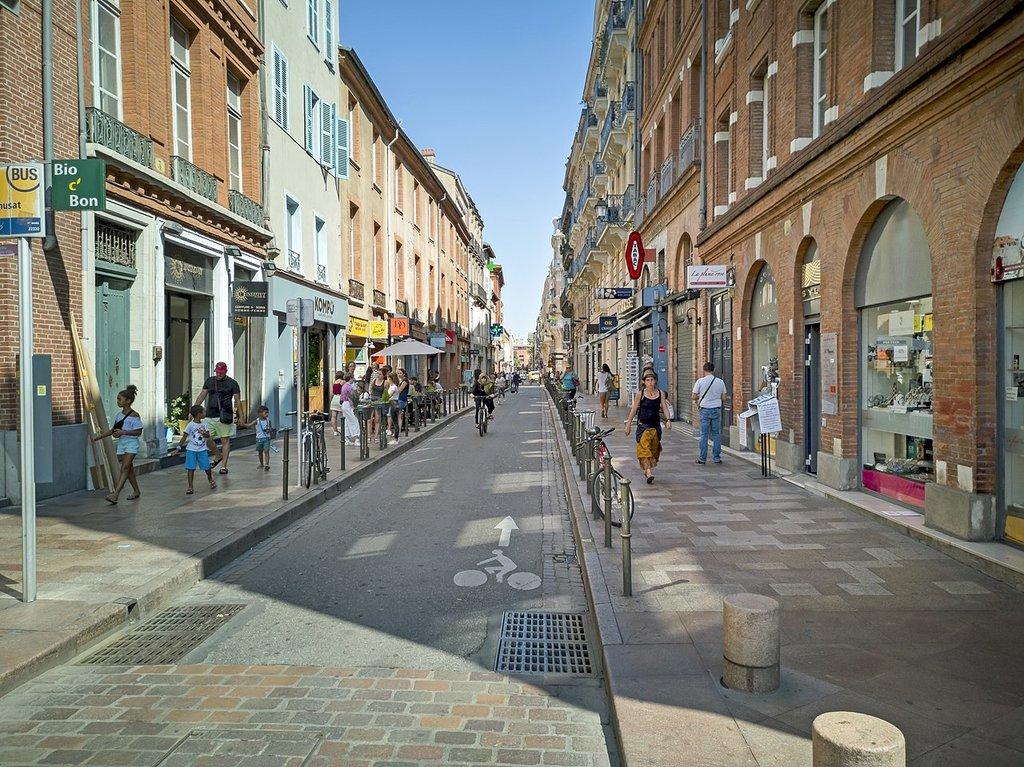 1280px-Rue_de_Re%CC%81musat_%28Toulouse%29__vue_de_la_place_du_Capitole_.jpg?1579162993