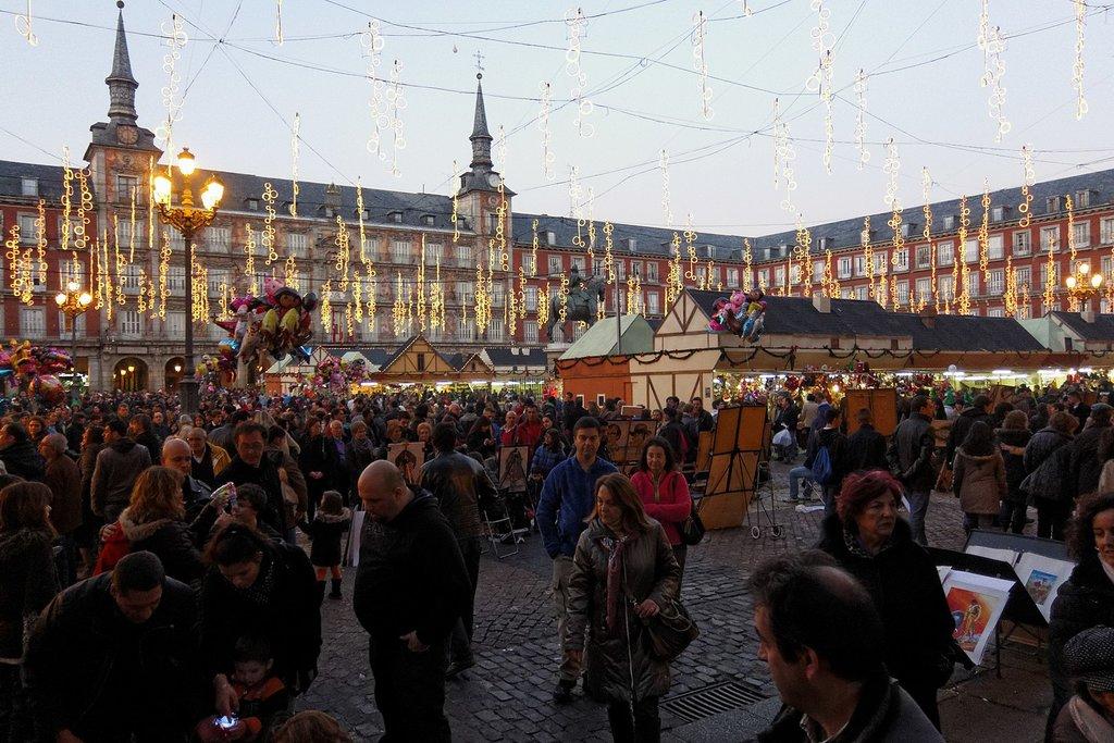 1620px-Madrid_-_Mercado_navide%C3%B1o_Plaza_Mayor_-_121223_175909.jpg?1579796037