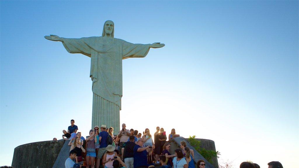 Corcovado que inclui uma estátua ou escultura, um pôr do sol e um monumento
