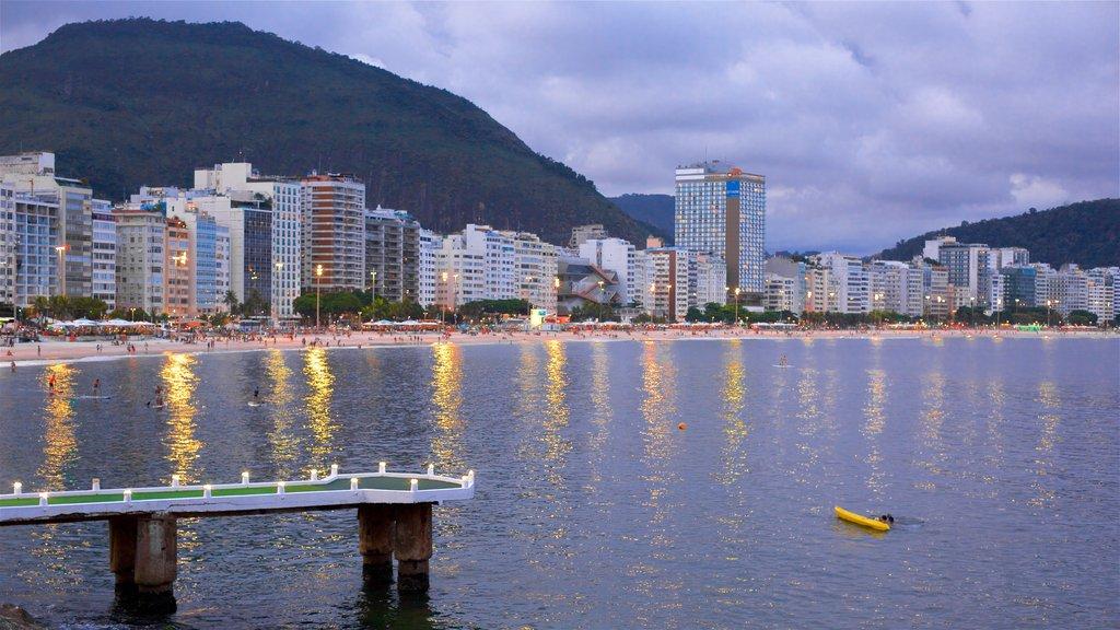 Zona Sul que incluye vistas generales de la costa, kayak o canoa y una ciudad costera