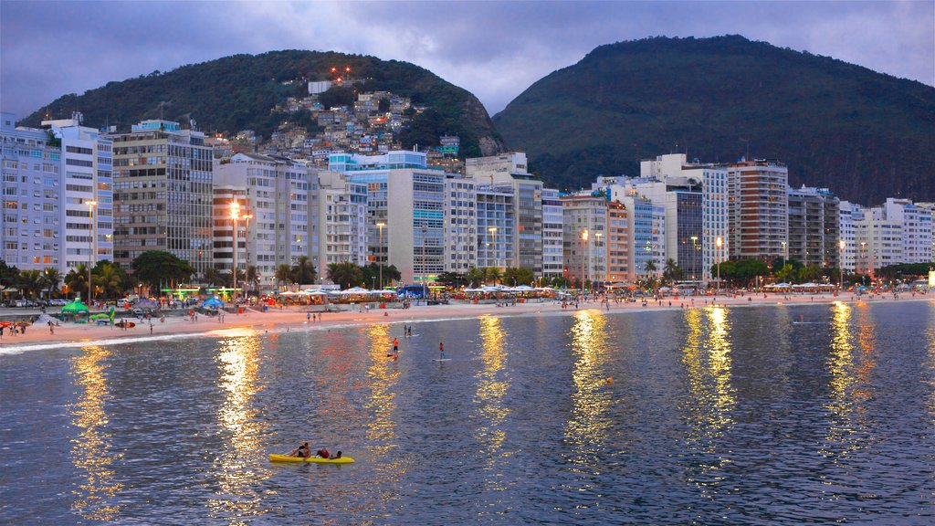 Zona Sul que incluye kayak o canoa, escenas nocturnas y una ciudad costera