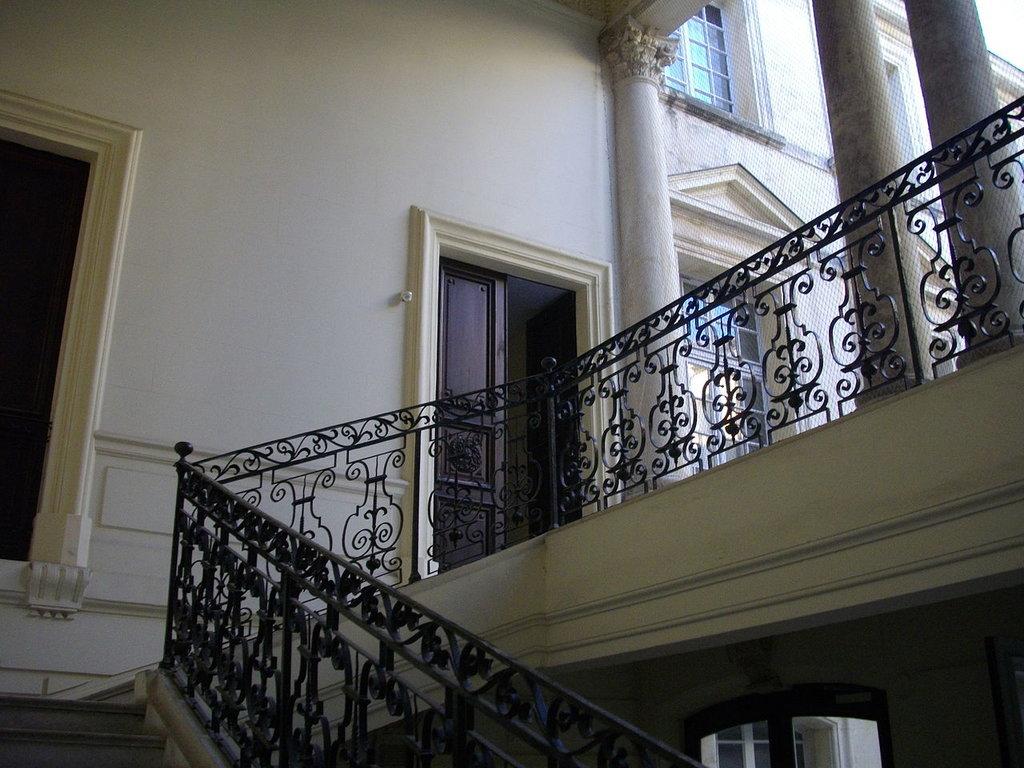 1280px-H%C3%B4tel_de_Beaulac__Montpellier_-_escalier.jpg?1581331421