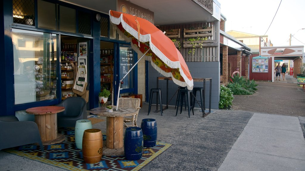 Lennox Head showing outdoor eating and cafe scenes