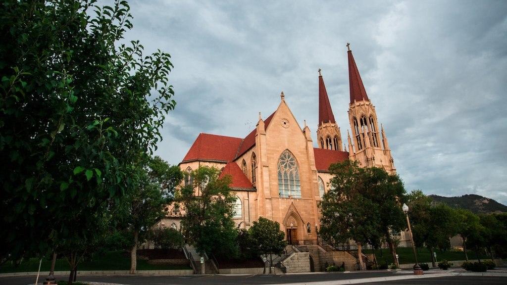 Cathedral of St. Helena mostrando elementos del patrimonio y una iglesia o catedral