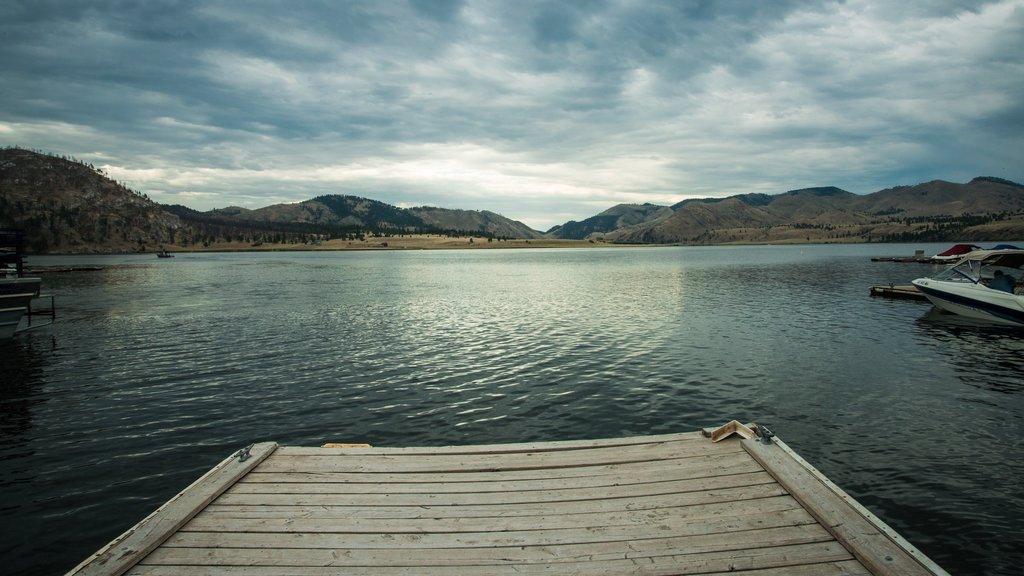 Helena que incluye un lago o abrevadero