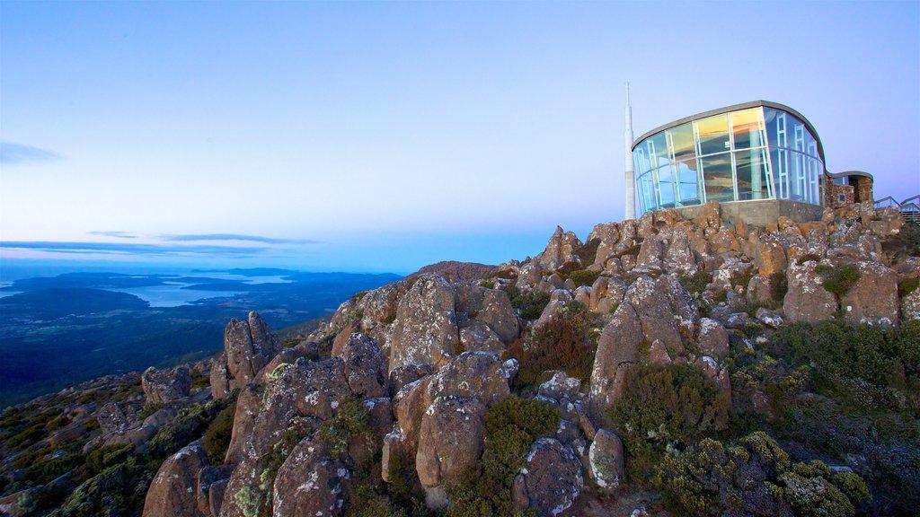 Tasmania que incluye montañas y un observatorio