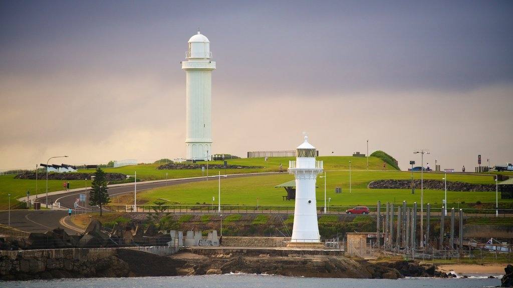 North Wollongong showing a lighthouse and a sunset