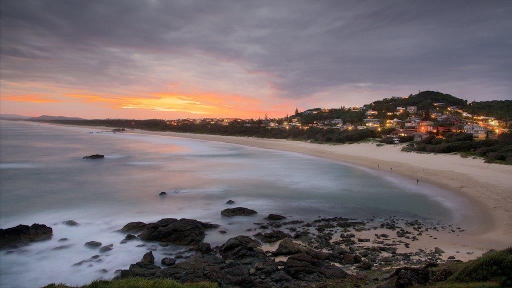Port Macquarie mostrando costa rocosa, una playa de arena y una puesta de sol
