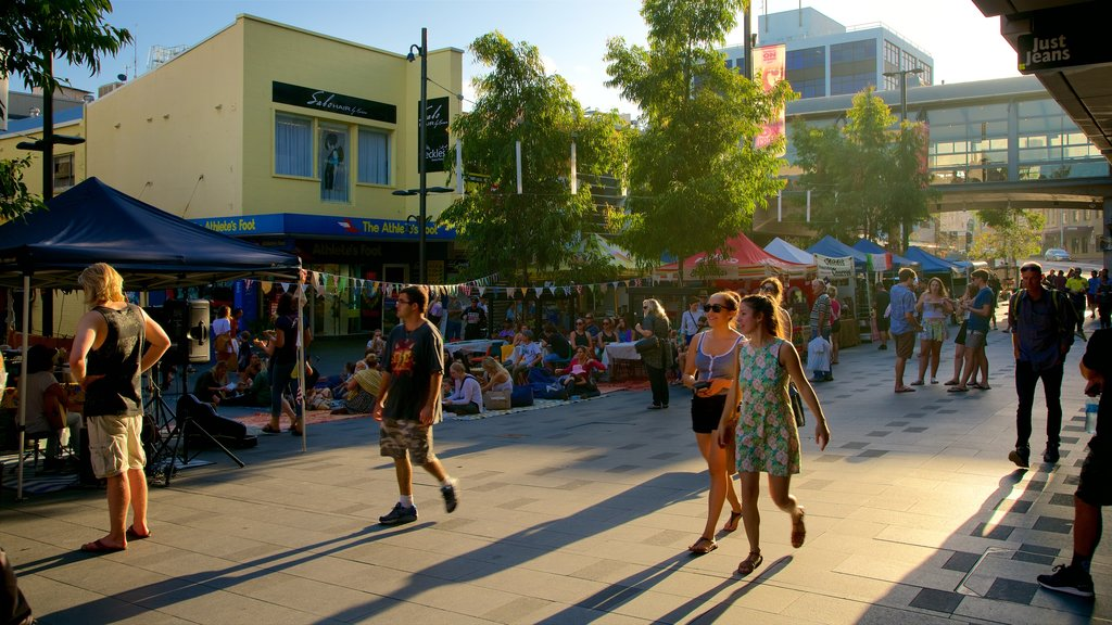 Wollongong showing shopping and markets as well as a large group of people