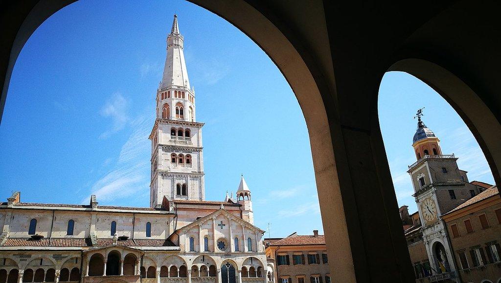 1275px-Modena_Piazza_Grande_dal_portico.jpg?1587053905