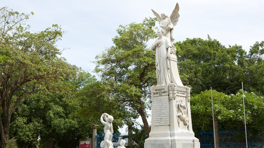 Managua featuring a statue or sculpture