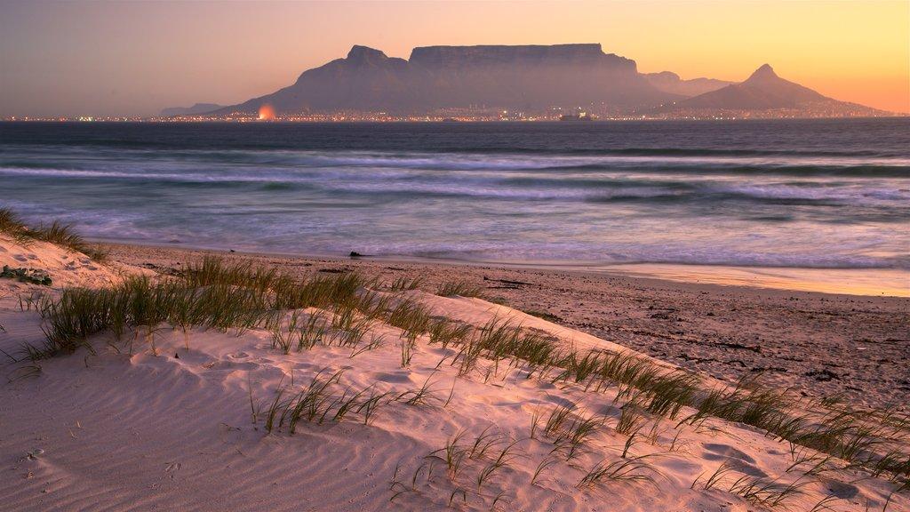 Bloubergstrand ofreciendo vistas generales de la costa, una playa de arena y una puesta de sol