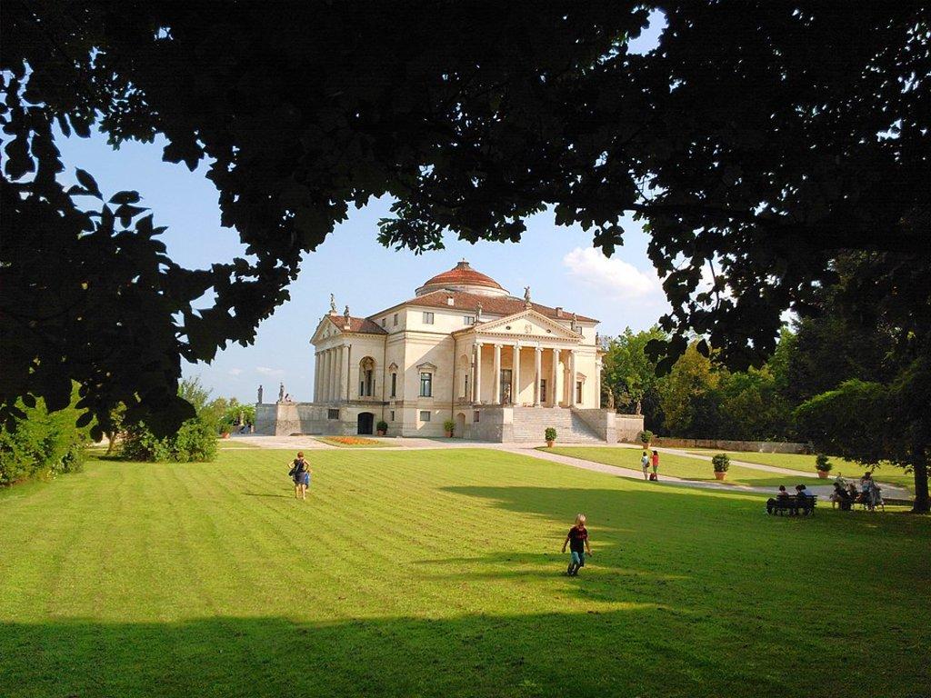 960px-Sitting_under_the_shade_in_front_of_Villa_Capra_detta_La_Rotonda.jpg?1587583694