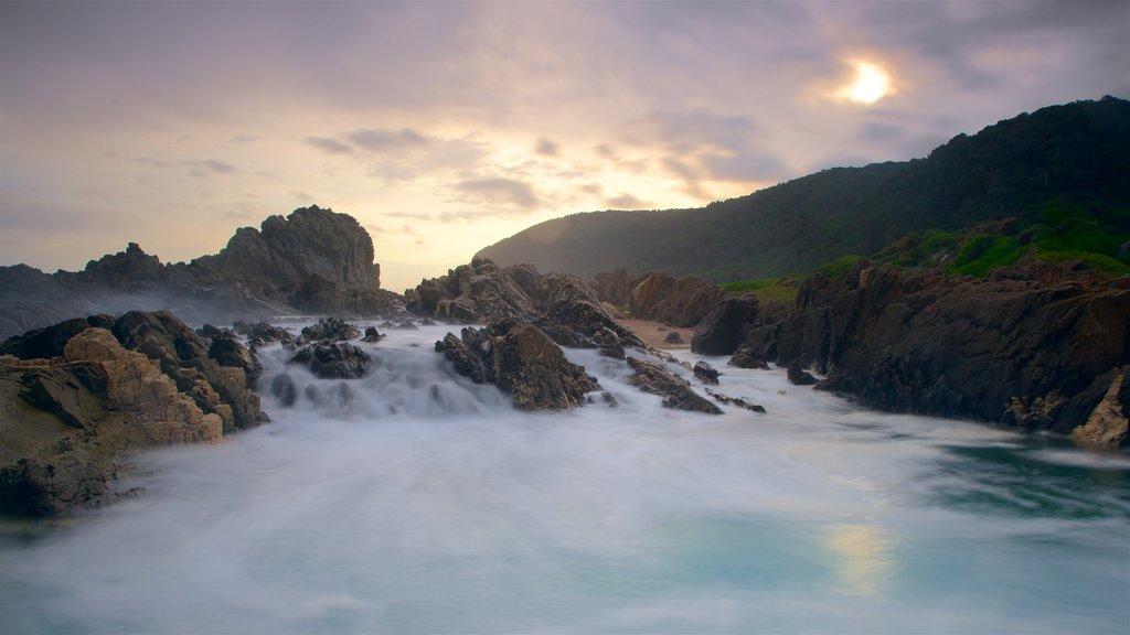 Parque Nacional Tsitsikamma mostrando costa escarpada y surf
