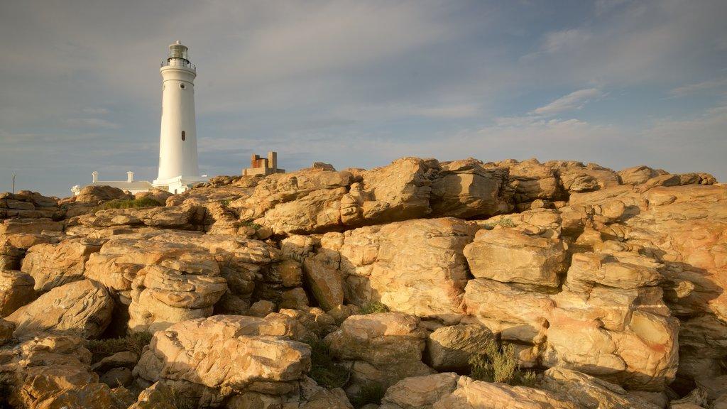 Seal Point Lighthouse caracterizando paisagens litorâneas, litoral rochoso e um farol