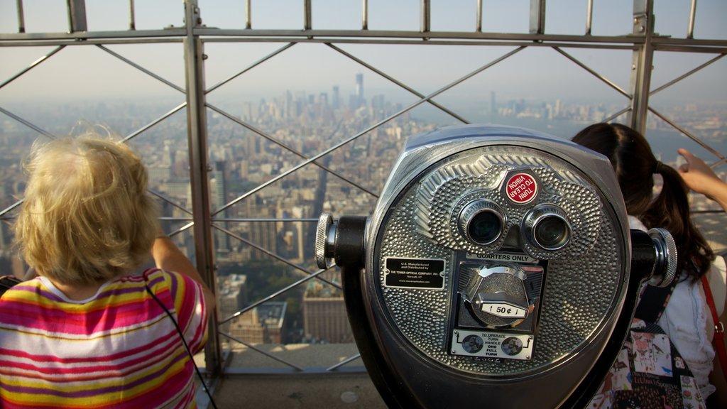 Edificio Empire State ofreciendo vistas, un edificio de gran altura y una ciudad