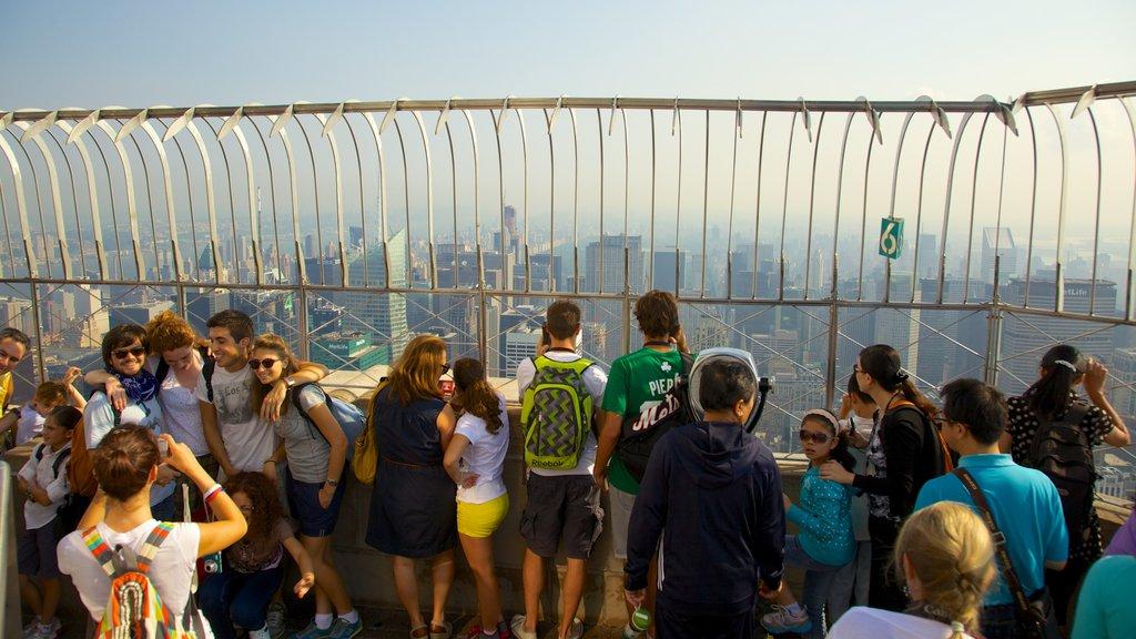 Edificio Empire State que incluye un edificio de gran altura, vistas y una ciudad