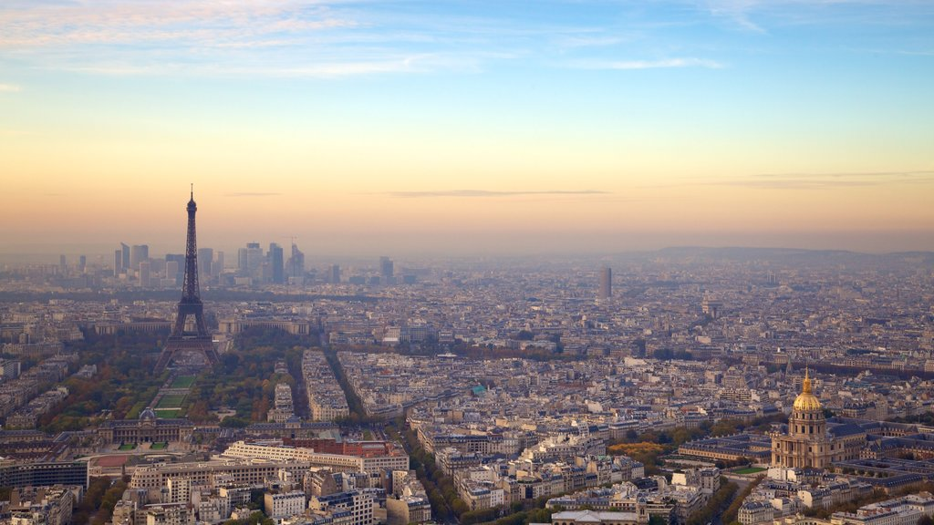Torre Eiffel mostrando una ciudad y una puesta de sol